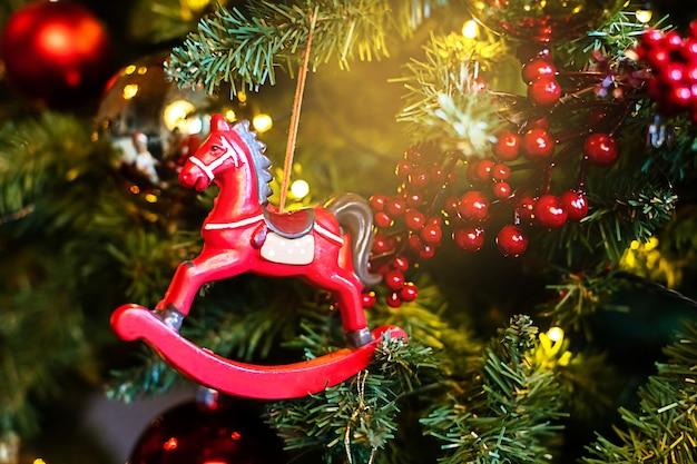 Cavallo giocattolo sull'albero di natale