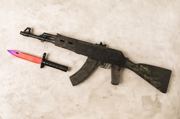 Mitragliatrice giocattolo e coltello a baionetta in legno, vista dall'alto