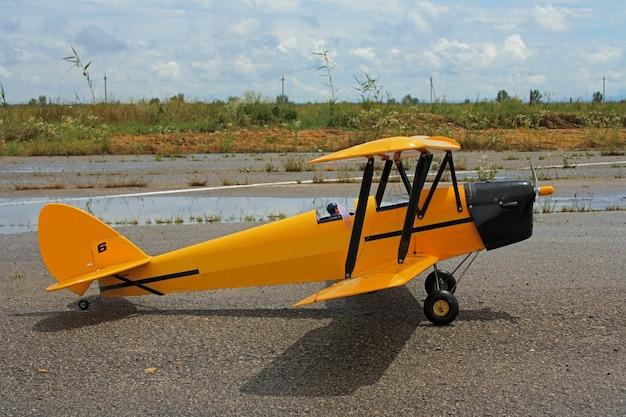 Il modello giocattolo di un aereo biplano si trova su una superficie dura