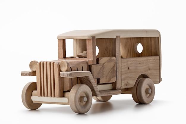 Giocattolo vecchio autobus in legno naturale, vista posteriore.