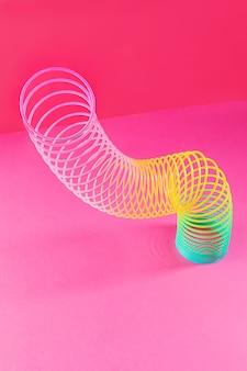 Arcobaleno di plastica giocattolo. una spirale colorata per il gioco e le acrobazie, popolare negli anni '90. minimalismo. il concetto di giocattoli, infanzia. luminosità.