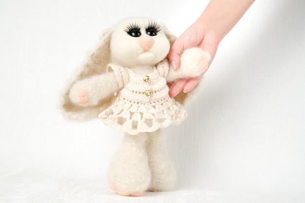 Coniglio giocattolo coniglietto di pasqua. fatto a mano
