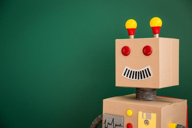 Robot giocattolo contro la lavagna in classe