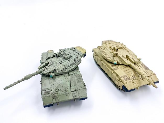 Carro armato del giocattolo isolato su priorità bassa bianca