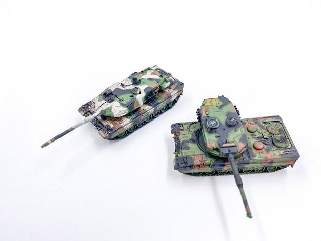 Modello in scala di carro armato giocattolo su priorità bassa bianca