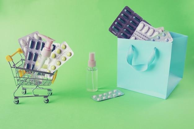 Il carrello giocattolo con varie pillole e capsule spruzza il concetto di somministrazione di farmaci in farmacia