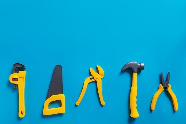 Sfondo di giocattoli. vista dall'alto di strumenti giocattolo su sfondo blu con copia spazio per il testo.