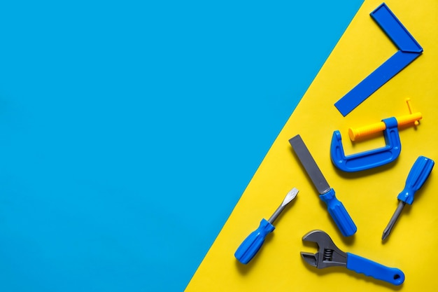 Sfondo di giocattoli. vista dall'alto di strumenti giocattolo su sfondo blu.