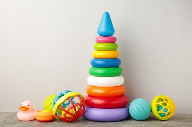 Collezione di giocattoli per bambino su sfondo grigio. vista dall'alto
