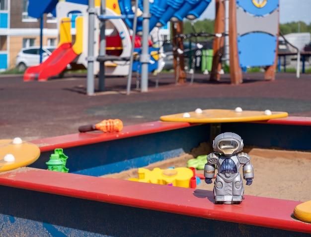 I giocattoli nella sandbox nel parco giochi si chiudono con sfondo sfocato