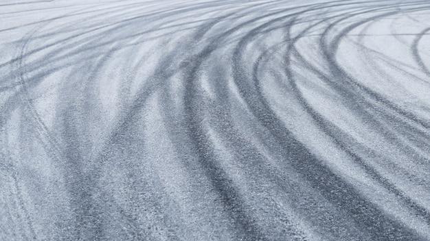 Tracce di pneumatici per auto sull'asfalto da vicino sfondo stradale