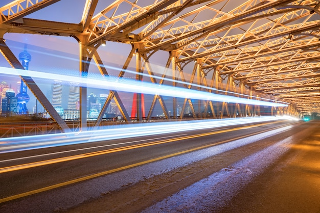 La pista dell'auto sul ponte di ferro, baiduqiao, shanghai, cina