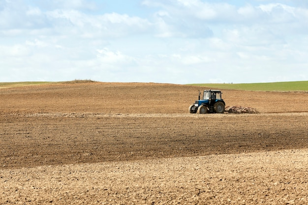 Trattore nel campo un vecchio trattore che ara il campo prima di seminare il paradiso della stagione primaverile