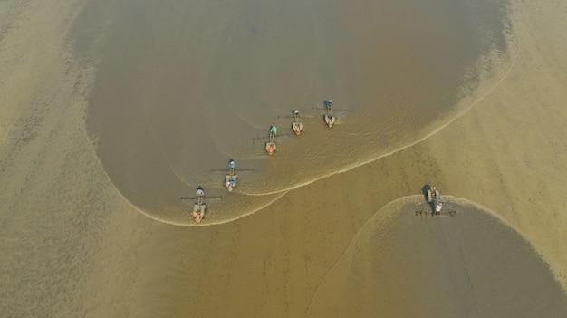 Trattore sul campo, vista dall'alto paesaggio, natura, campo di riso Foto Premium
