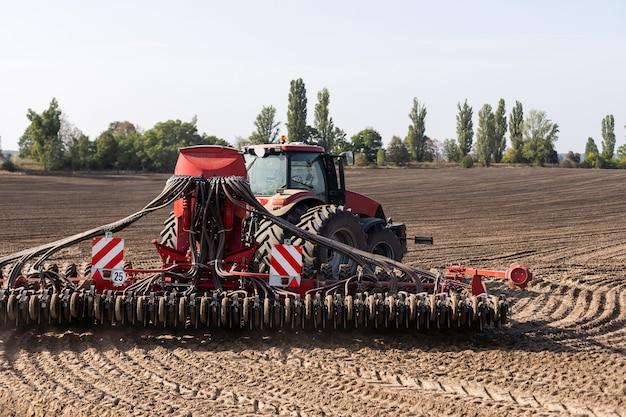 La mietitrice del trattore che lavora sul campo