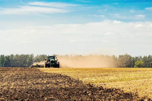 Il trattore ara la terra. immagine dell'agricoltura