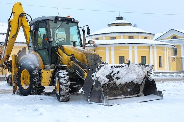 Il trattore per la rimozione della neve è parcheggiato in una strada cittadina dopo il lavoro