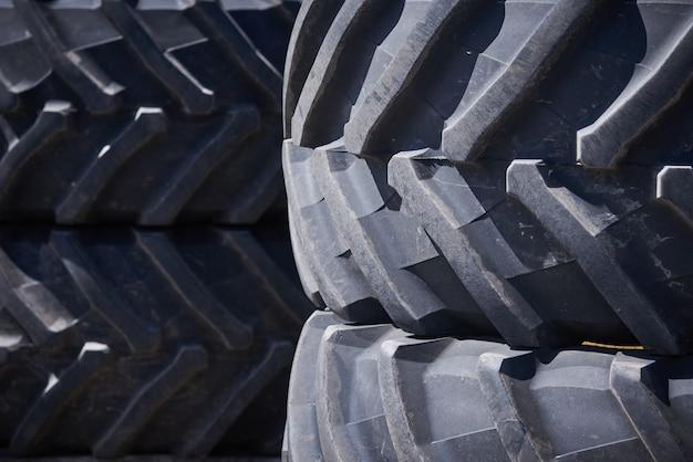 Modello del primo piano delle ruote delle gomme del trattore