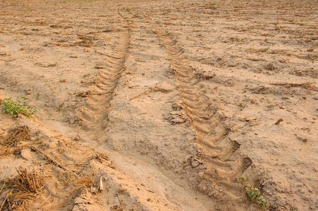 Tracce del trattore sul terreno. segni di ruota sul terreno. terriccio sciolto