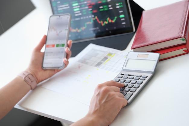 Il trader studia le borse per acquistare azioni acquistando azioni e mercati a termine a condizioni favorevoli