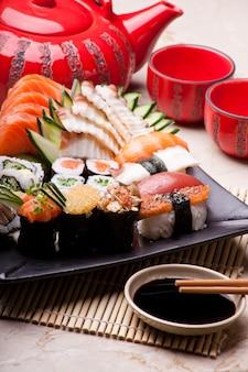 Piatto giapponese tradizionale con hashi