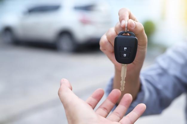 Commercio e consegna di auto ai clienti