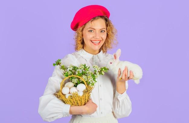 Tradizione di pasqua, ragazza sorridente con cesto di uova e piccolo coniglietto, uovo di pasqua.