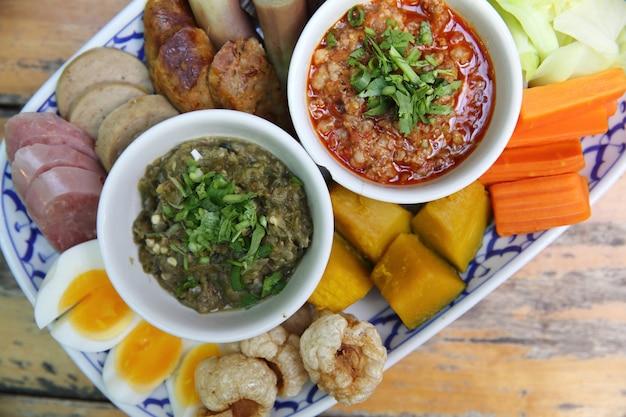 Tradizione cibo tailandese settentrionale. salsa di peperoncino tailandese, salsicce tailandesi