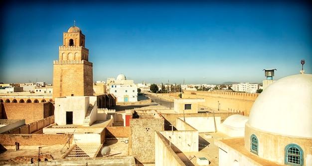 Architettura araba tradizionale in un paesaggio urbano con luce solare drammatica. vista di una città a tunisi, nord africa.