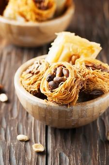 Dessert arabo tradizionale kunafa con miele