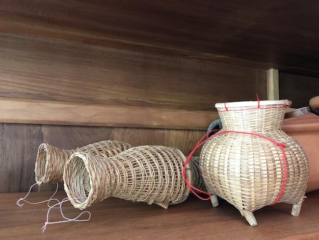 Trappola per pesci tradizionale dell'asia, realizzata in legno di bambù., thailandia.