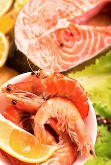 Ingredienti asiatici tradizionali filetto di bistecca di salmone fresco, zenzero, limone, salsa di soia e bacchette