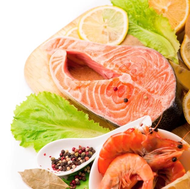 Ingredienti asiatici tradizionali filetto di bistecca di salmone fresco, zenzero, limone, salsa di soia e bacchette Foto Premium