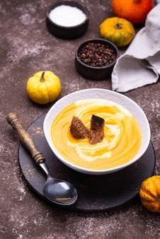 Zuppa di crema di zucca tradizionale autunnale con panna acida