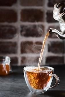 Il tè aromatico tradizionale azerbaigiano viene versato in una tazza