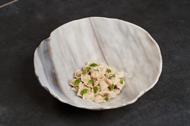 Cucina tradizionale azera, zuppa con piccoli gnocchi con molte spezie Foto Premium