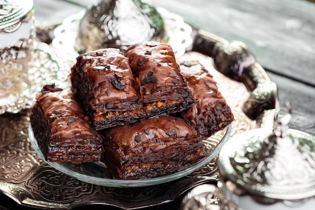 Baklava tradizionale sul tavolo di legno