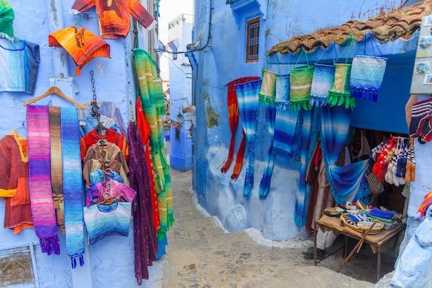 Porta blu tradizionale nella vecchia medina di chefchaouen