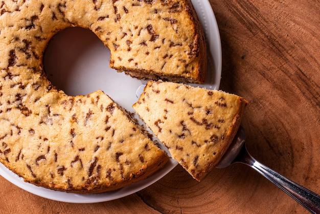 Torta tradizionale brasiliana chiamata bolo formigueiro torta alla vaniglia con granelli di cioccolato