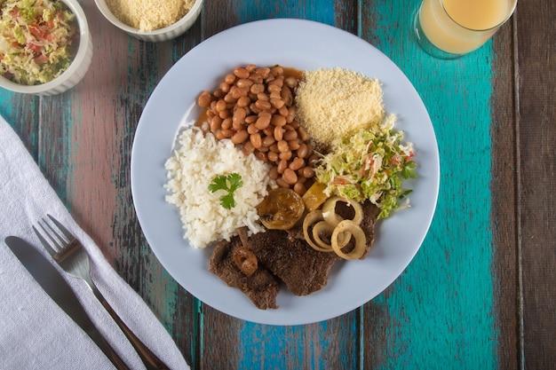 Cucina brasiliana tradizionale piatto gustoso pranzo fatto in casa vista dall'alto.