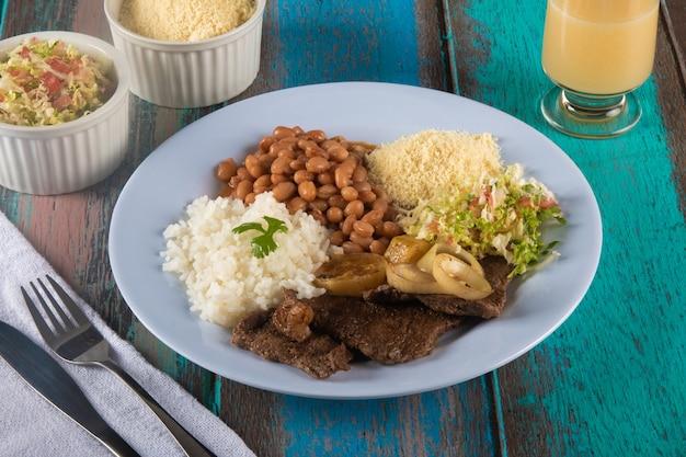 Piatto di cibo tradizionale brasiliano gustoso pranzo in casa