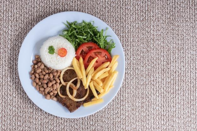 Piatto di cibo tradizionale brasiliano