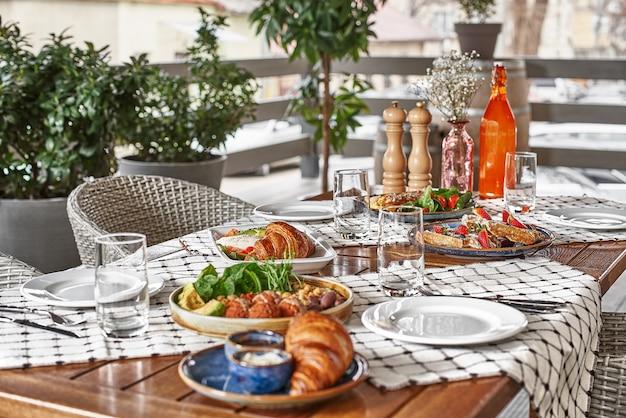 Colazione tradizionale con croissant e caffè servito su tavola di legno, tempo per colazione o pranzo