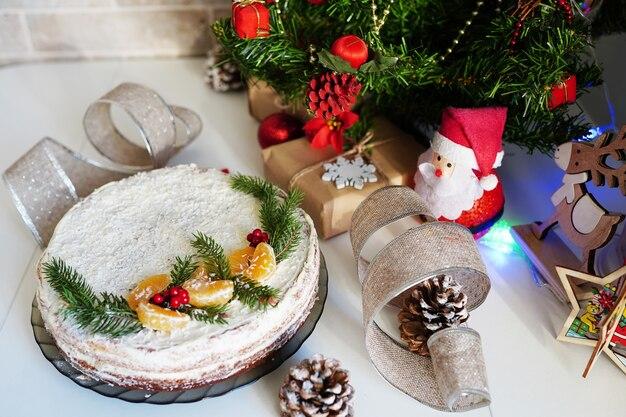 Torta tradizionale per la cena di natale sul tavolo bianco in cucina