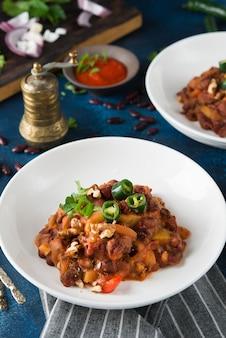 Fagioli tradizionali caucasici in umido con pepe e pomodori, lobio. messa a fuoco selettiva