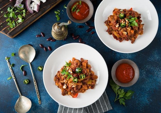 Fagioli tradizionali caucasici in umido con pepe e pomodori, lobio. vista dall'alto