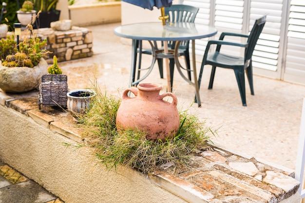 Brocca in ceramica tradizionale. decorazione vicino al ristorante all'aperto Foto Premium