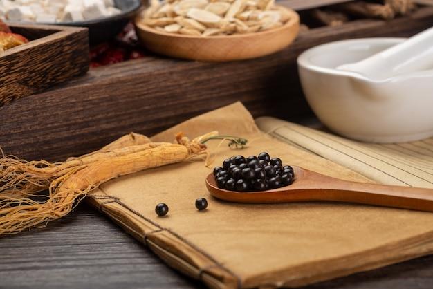 Pillole di medicina tradizionale cinese e libri di medicina