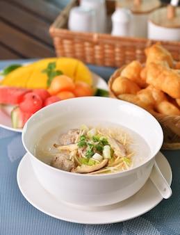 Farinata di riso porridge cinese tradizionale in una ciotola