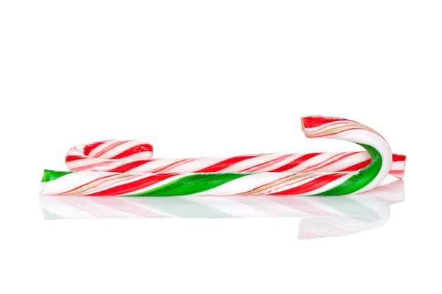 Bastoncini di zucchero tradizionali di natale. isolato su sfondo bianco